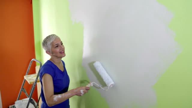 vidéos et rushes de femme peinture murale - une seule femme d'âge mûr