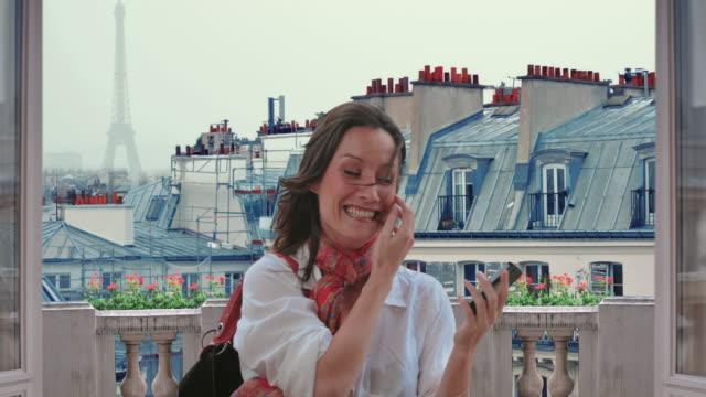 kvinna paris montmartre selfies cinemagraph 4k - montmatre utsikt bildbanksvideor och videomaterial från bakom kulisserna