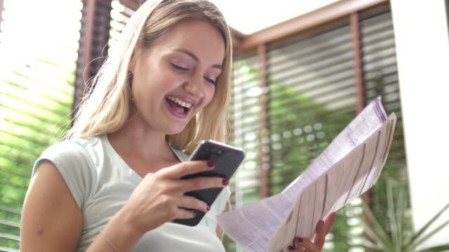 vídeos y material grabado en eventos de stock de mujer pagando facturas de teléfono inteligente - hipotecas y préstamos
