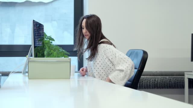 Mujer de leerlo en la caja en el escritorio - vídeo