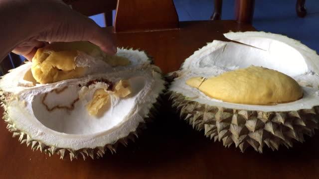 woman peeling durian fruit - юго восток стоковые видео и кадры b-roll
