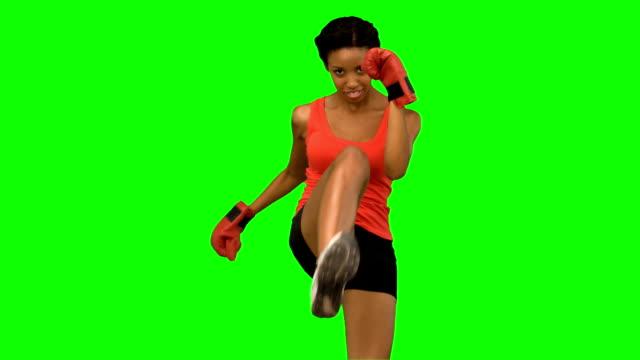 vídeos de stock e filmes b-roll de mulher efectuar pontapé no ar, na tela verde - boxe tailandês