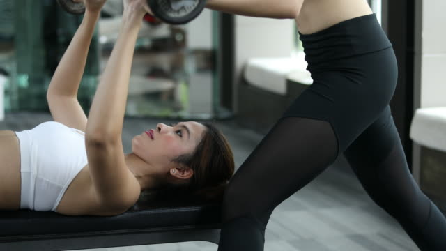 Mulher personal trainer - vídeo