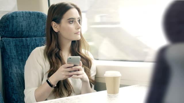 kvinna telefon-meddelande på ett tåg. - telefonmeddelande bildbanksvideor och videomaterial från bakom kulisserna