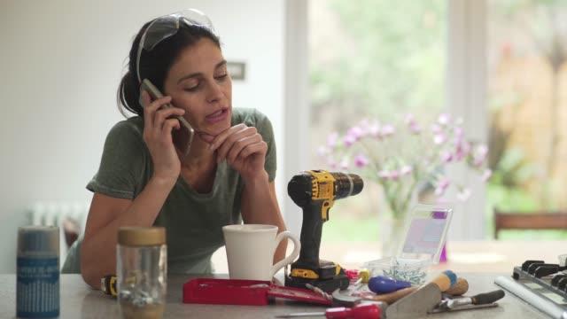 diy kvinna telefon - rådig bildbanksvideor och videomaterial från bakom kulisserna