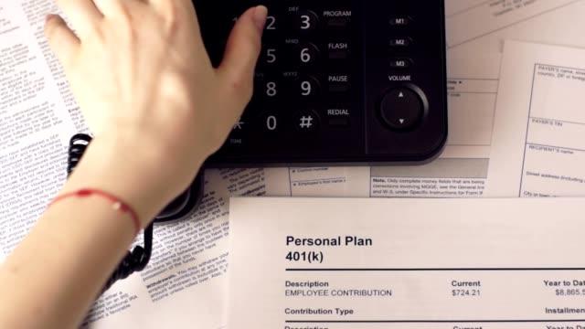vídeos y material grabado en eventos de stock de mujer al teléfono y personal plan 401 k - plano documento