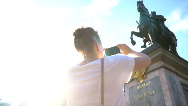 女性写真、ピーターはセント ・ ピーターズバーグの最初の記念碑です。 - 彫刻点の映像素材/bロール