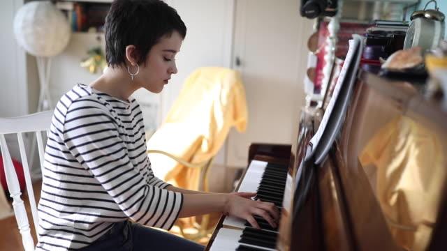 Pianistin spielt zu Hause Klavier – Video