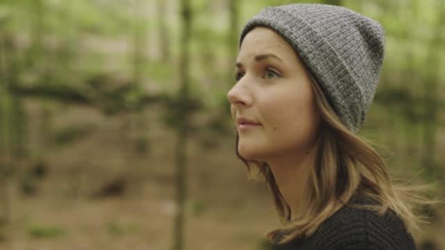 stockvideo's en b-roll-footage met vrouw paddestoelen plukken en koffie drinken in het bos - sober leven