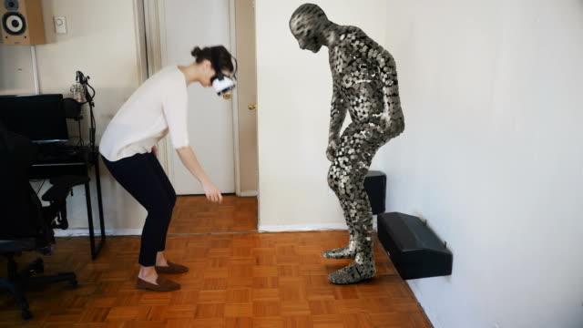 vídeos de stock, filmes e b-roll de mulher que pega um objeto em realidade virtual. - realidade virtual