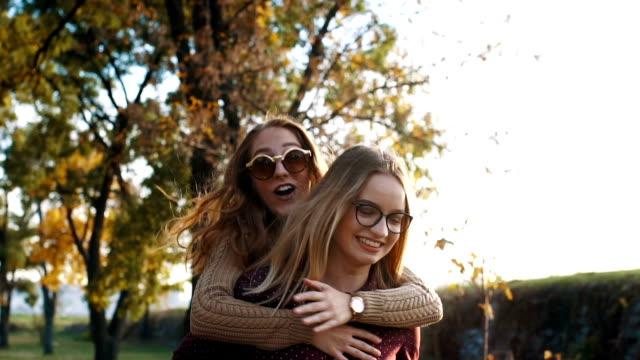 vídeos de stock e filmes b-roll de woman piggyback her bestfriend - 20 24 anos