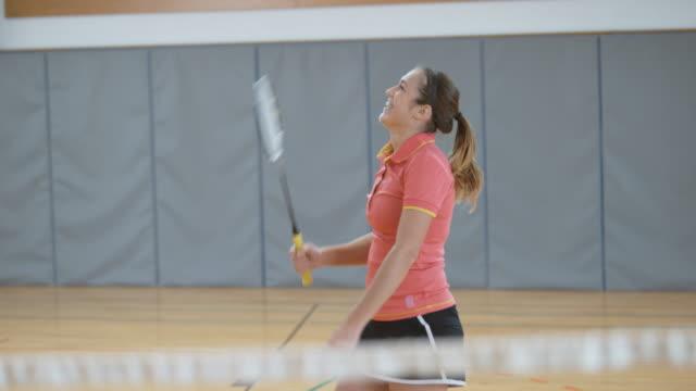 Femme, jouer au badminton indoor et rire - Vidéo