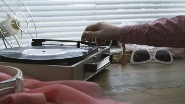 vídeos y material grabado en eventos de stock de mujer tocando música en un tocadiscos - disco audio analógico