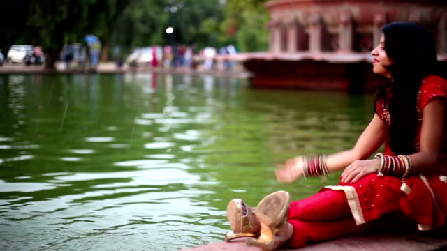 vídeos de stock, filmes e b-roll de mulher jogando o lago de água pura - nova delhi