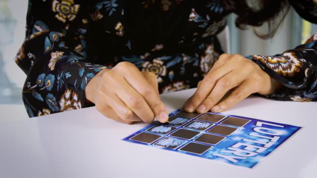 kvinna som spelar på lotteri - lotteri bildbanksvideor och videomaterial från bakom kulisserna