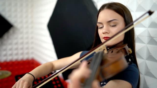kvinna som spelar violin i inspelningsstudion - trumset bildbanksvideor och videomaterial från bakom kulisserna