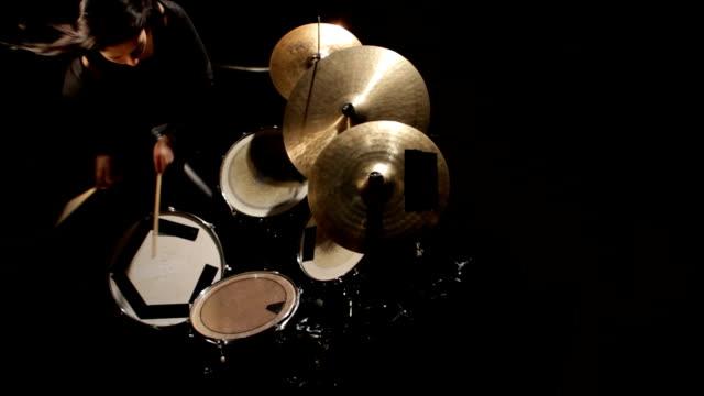 woman plays drums - trumset bildbanksvideor och videomaterial från bakom kulisserna