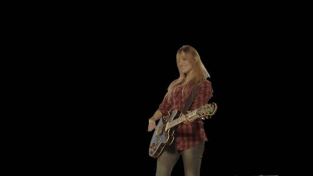 kvinna spelar gitarr. isolerad klipp alfakanal tillgänglig i 4 k-versionen - gitarrist bildbanksvideor och videomaterial från bakom kulisserna