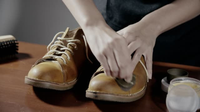 女性研磨日焼け革短靴 - 靴点の映像素材/bロール