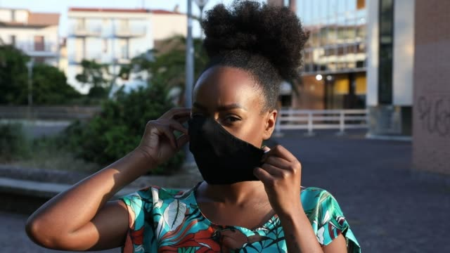 vídeos de stock e filmes b-roll de woman portrait wearing a black cloth face mask - afro americano