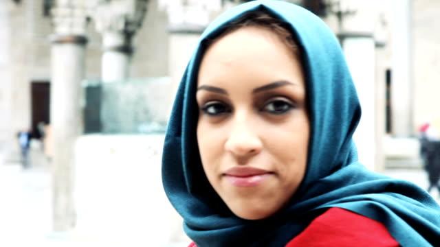 kvinna porträtt bära en huvudduk framför en moské - turkisk kultur bildbanksvideor och videomaterial från bakom kulisserna