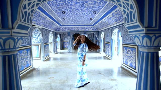 frau posiert im city palace , jaipur, rajasthan, indien - travel stock-videos und b-roll-filmmaterial