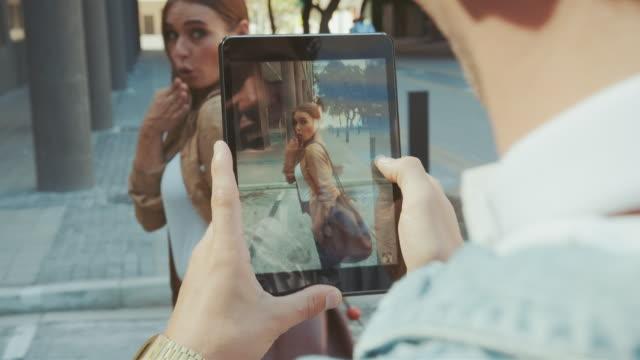 frau posiert in innerstädtischer lage - bloggen stock-videos und b-roll-filmmaterial