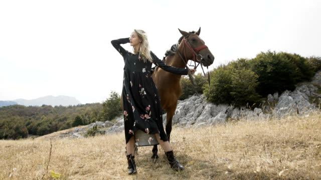 Mujer con caballo. Paisaje de montaña - vídeo
