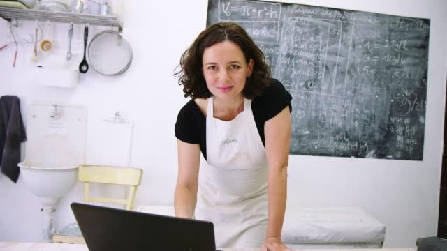 donna potter che lavora nel suo studio - artigiano video stock e b–roll