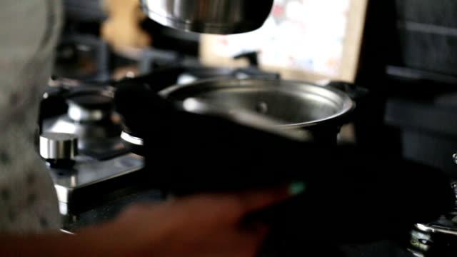 frau, gießen kochendes wasser in pfanne in küche - dampfkochen stock-videos und b-roll-filmmaterial