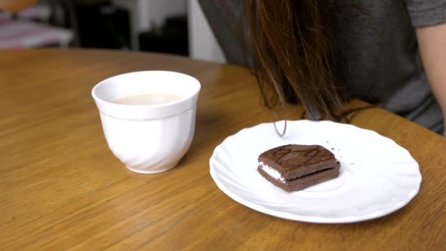 チョコレートケーキの上にコーヒーを注ぐ女性。 - ソーサー点の映像素材/bロール