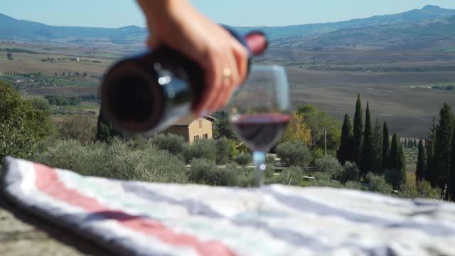 i̇talya'da cama kırmızı şarap döken kadın - toskana stok videoları ve detay görüntü çekimi