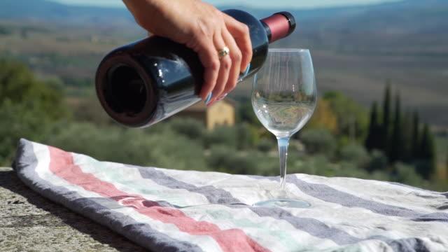 toskana'da cama kırmızı şarap döken kadın - toskana stok videoları ve detay görüntü çekimi