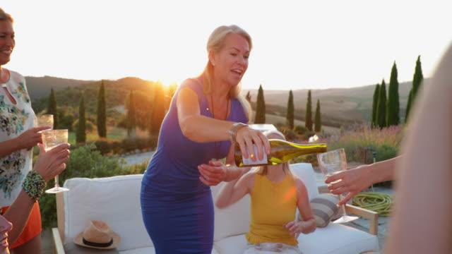 kvinna hälla vin - vin sommar fest bildbanksvideor och videomaterial från bakom kulisserna