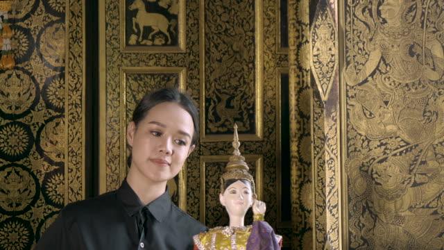 frau üben traditionelle thai puppet - thailändischer abstammung stock-videos und b-roll-filmmaterial