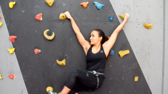 frau, üben, klettern an künstlichen wand im innenbereich. aktiven lebensstil und bouldern konzept - bouldering stock-videos und b-roll-filmmaterial