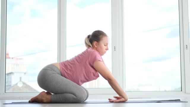 vídeos de stock, filmes e b-roll de mulher praticando yoga em estúdio de fitness - comodidades para lazer