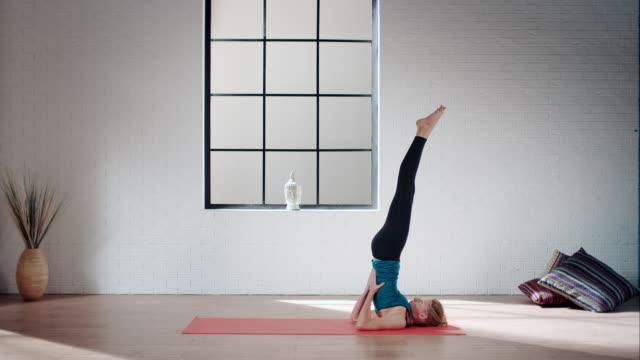 ヨガ女性のジム(肩立ち、プラウのポーズ - 有酸素運動点の映像素材/bロール
