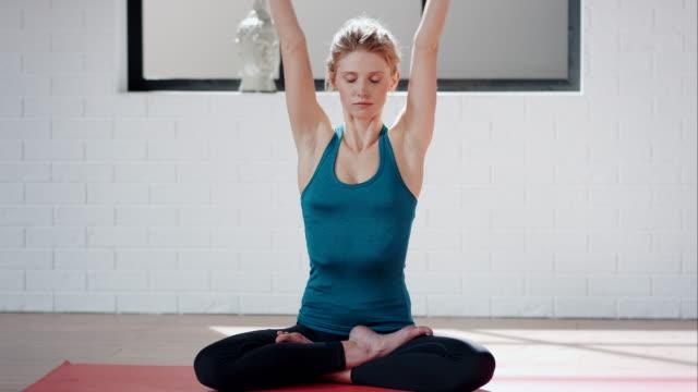 ヨガ女性のジム(ハスのポーズ - 有酸素運動点の映像素材/bロール