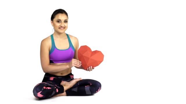 frau praktizieren yoga padmasana, lotus darstellen - woman and polygon stock-videos und b-roll-filmmaterial