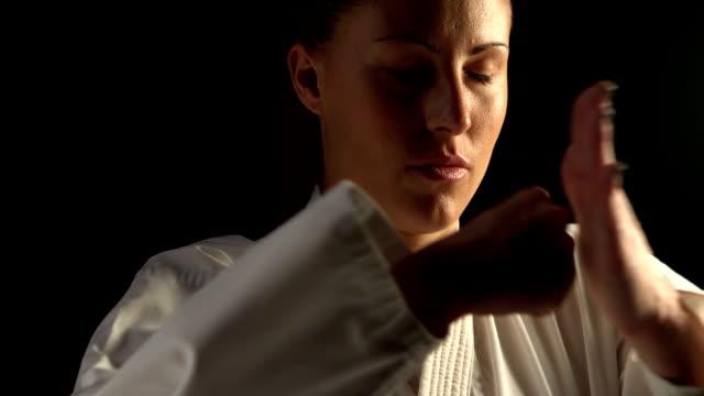 女性 練習 空手 ビデオ