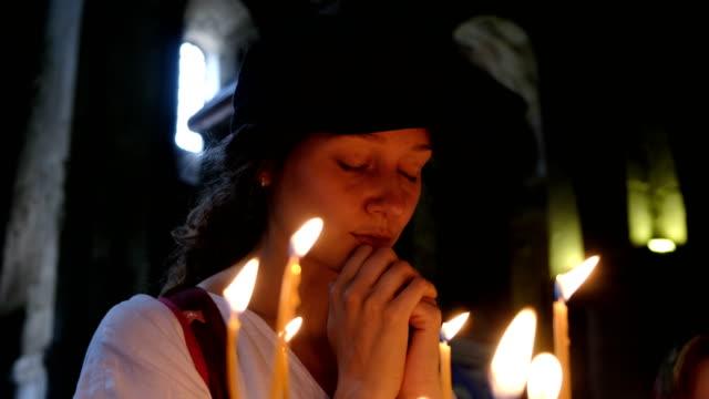 stockvideo's en b-roll-footage met vrouw bidt in een oude orthodoxe kerk - kerk
