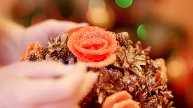 frau bereitet geschenke und dekorationen für weihnachten und neujahr vor - girlande dekoration stock-videos und b-roll-filmmaterial