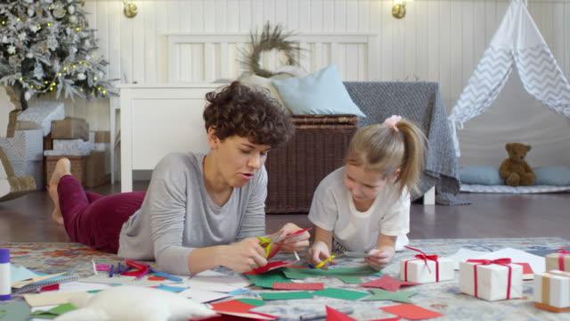 婦女準備手工製作的聖誕裝飾品與女兒 - 手工藝 個影片檔及 b 捲影像