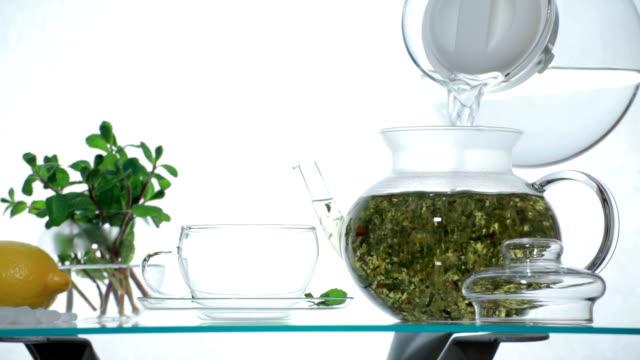 stockvideo's en b-roll-footage met woman preparing herbal chinese tea - camelia white