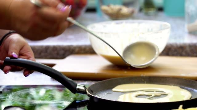 kvinna som förbereder pannkakor - crepes bildbanksvideor och videomaterial från bakom kulisserna
