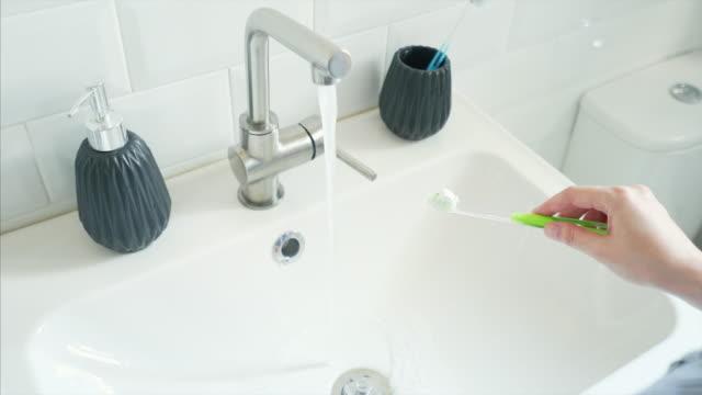 vídeos de stock e filmes b-roll de woman preparing to brush teeth. - escovar