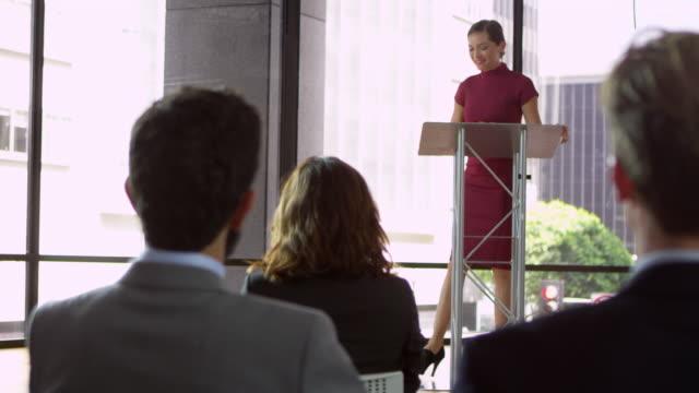 stockvideo's en b-roll-footage met vrouw presentatie van zakelijke seminar, publiek applaudisseren, geschoten op r3d - redenaar