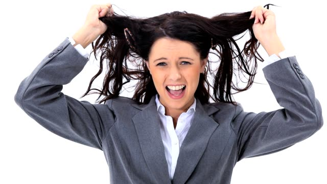 vídeos de stock e filmes b-roll de mulher puxando o cabelo - puxar cabelos