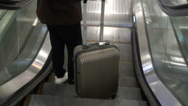 vídeos de stock e filmes b-roll de woman pulling luggage at airport - puxar